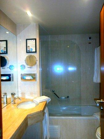 Turim Iberia Hotel: Il bagno è piccolo,ma dispone di quello che hai bisogno per il soggiorno .