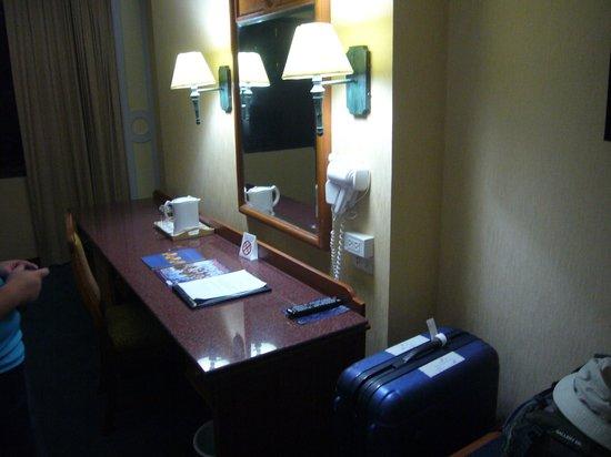 Royal Benja Hotel: カウンターテーブル、ドライヤー、鏡