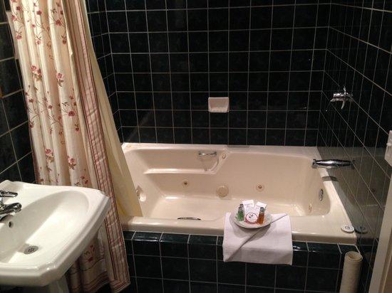 An Inn 2 Remember : Whirlpool Bath in the Wisteria Room