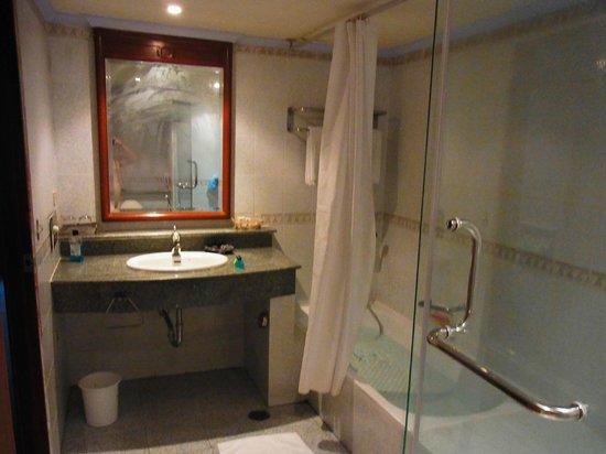 Royal Benja Hotel: 洗面台、シャワーブース