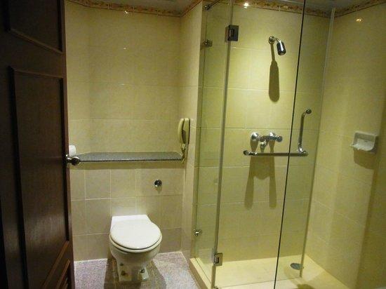 Royal Benja Hotel: トイレ、シャワーブース