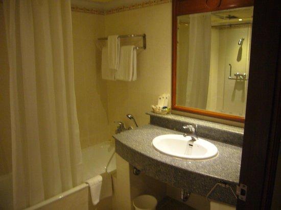 Royal Benja Hotel: 洗面台、湯船