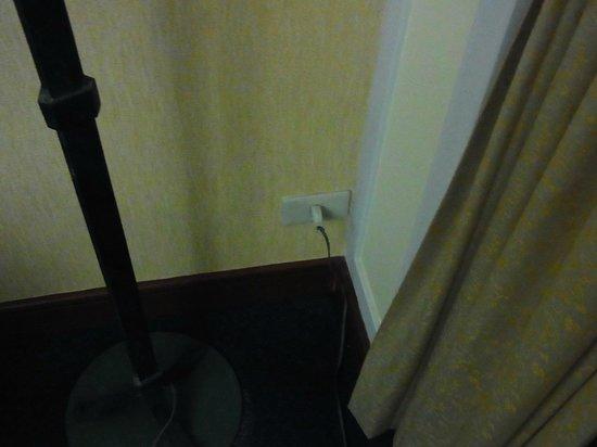 โรงแรมรอยัล เบญจา: スタンドライト横コンセント差込