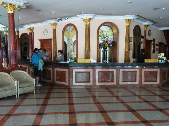 Royal Benja Hotel: フロント