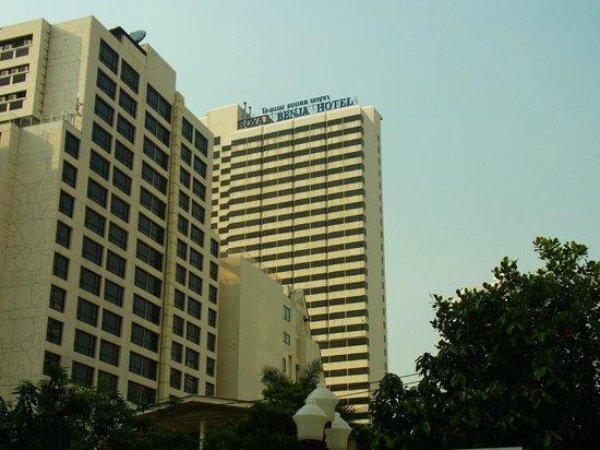 Royal Benja Hotel: 外観ロビー