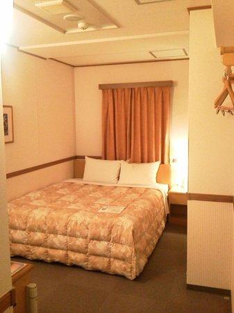 Super Hotel Shinbashi Karasumoriguchi: 意外と広いベッド