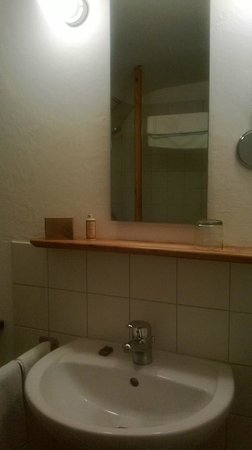 City-Hotel Ochsen Zug: Bathroom mirror
