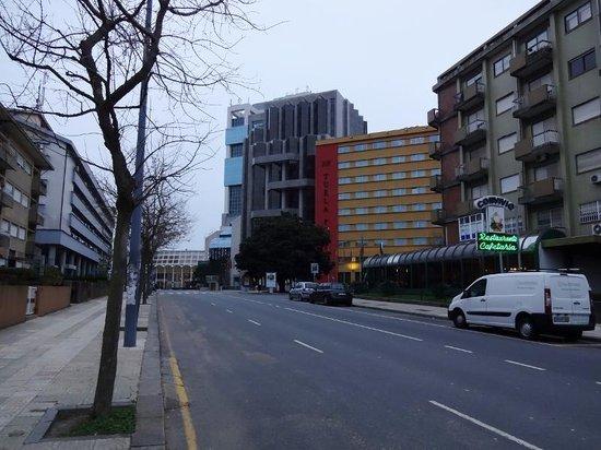 HF Tuela Porto: ホテル、その奥にスーパーとデパート