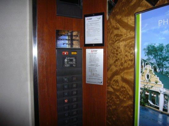 Royal Benja Hotel: エレベーター内