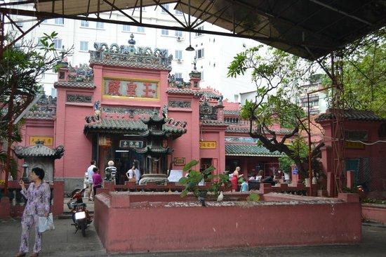 Emperor Jade Pagoda (Chua Ngoc Hoang or Phuoc Hai Tu): front of the pagoda