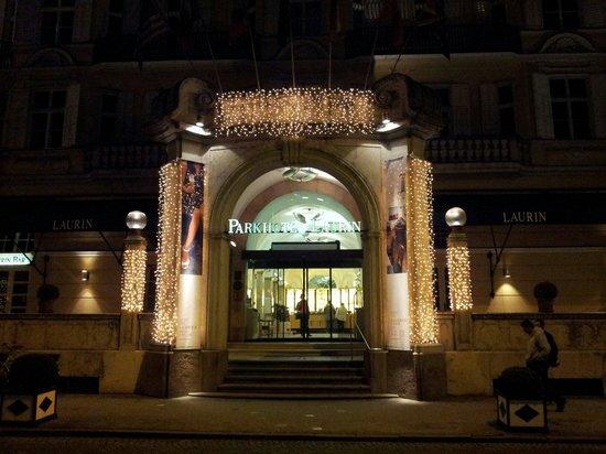 Parkhotel Laurin: Ingresso illuminato dalle luci natalizie