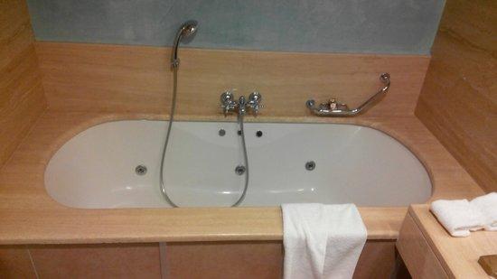 Rixos Almaty: Bath tub with jacuzzi - nice