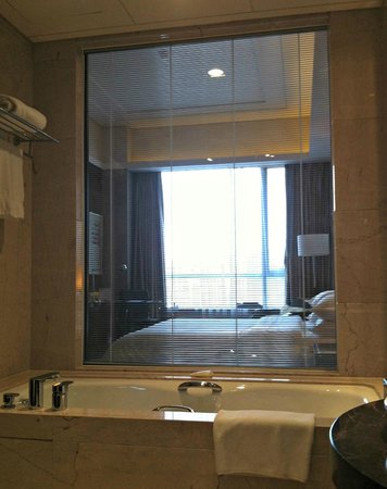Sheraton Tianjin Binhai Hotel: The view from the bathroom.
