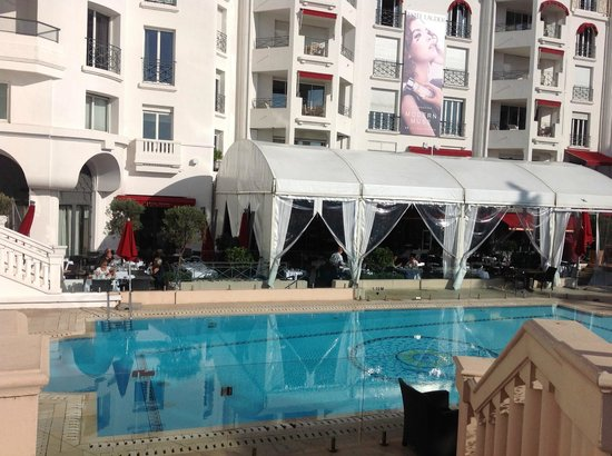 Hôtel Barrière Le Majestic Cannes : Swimming pool and outside breakfast area