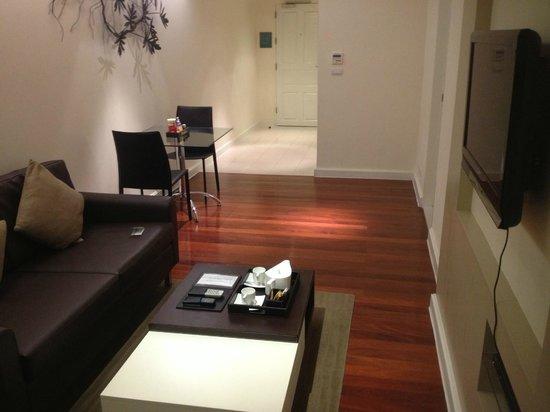 Phachara Suites: リビング