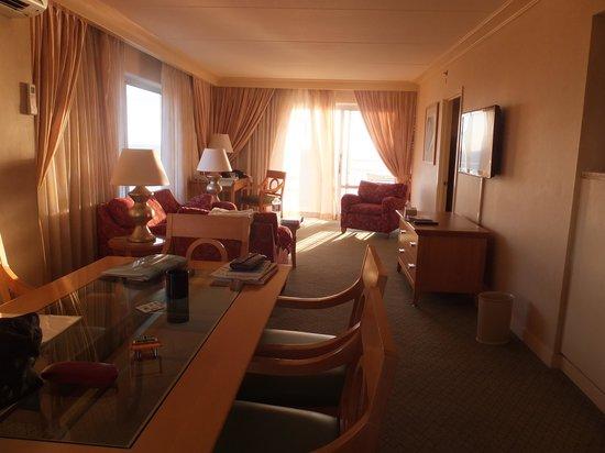 Ilikai Hotel & Luxury Suites: リビングルームです。