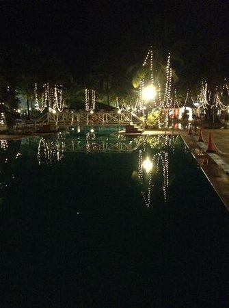 Dona Sylvia Beach Resort: the pool with Christmas lights
