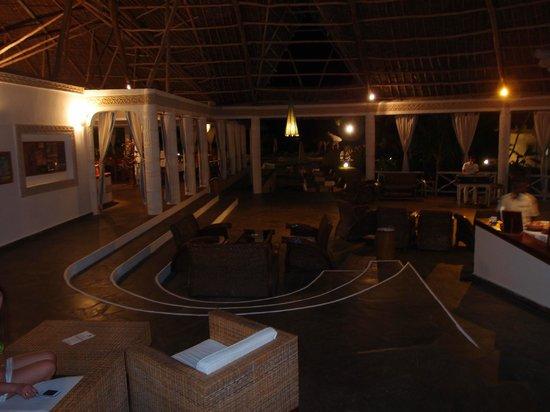 Clubviaggi Resort Twiga Beach & SPA : Hall e sala bar vista notturna