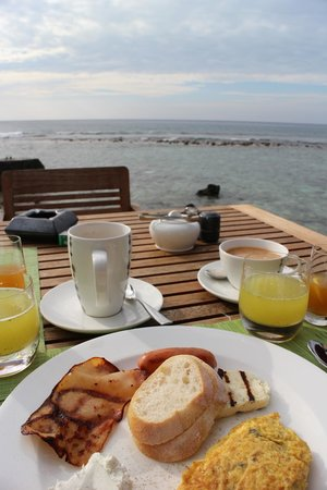 Anantara VeliMaldivesResort: breakfast with ocean view