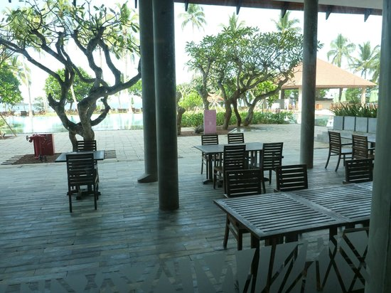 Hikka Tranz by Cinnamon: Part of the restaurant and pool