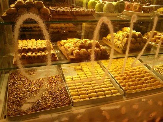 Blu Hotel Istanbul : La vetrina del ristorante con i dolci tipici