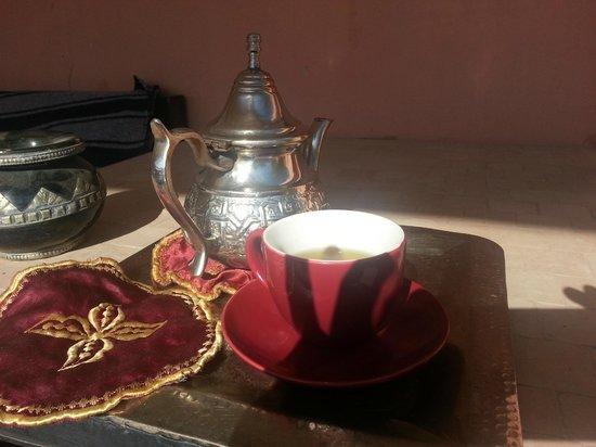 Riad Elias: frischer marrokanischer Minztee auf der Terasse