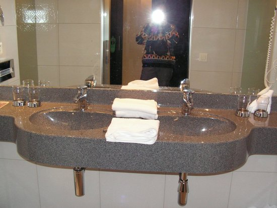 Hotel Allegra: Brightly lit bathroom with double basins