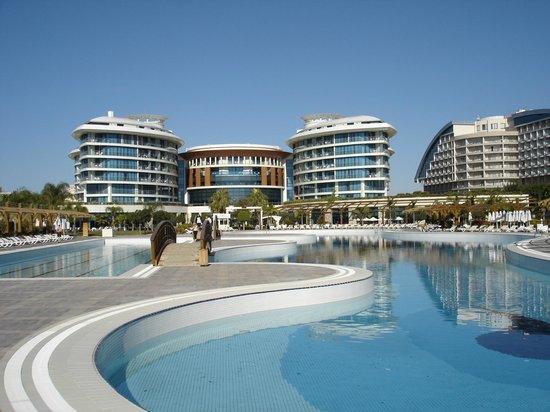 Baia Lara Hotel: zicht naar hotel vanuit strandrichting