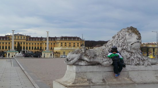 Schloss Schönbrunn: Lion monument in front of palace entrance