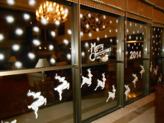 Aydinbey King's Palace Spa & Resort: Weihnachtsdeko im Eingangsbereich des Hotels.