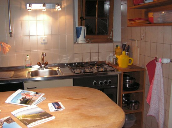 Domaine du Burignon : Kitchen equipped with cooking utensils etc
