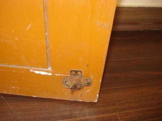 Hotel Ramakrishna : the rusted door stopper clip on the door