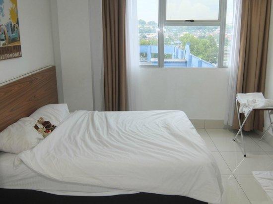 V Hotel Plain White Decor Room