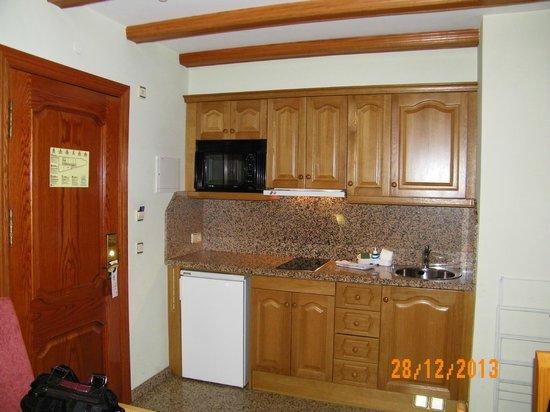 Aparthotel Casa Vella: Comedor y cocina con vitroceramica de dos fuegos para cocina.