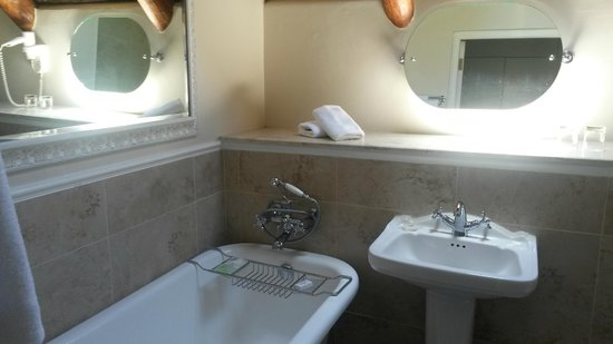 Erinvale Estate Hotel: Bathroom with shower and bath