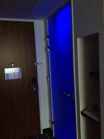 Holiday Inn Express Arnhem: badkamer met (naast gewoon-) ook een blauw lichtje