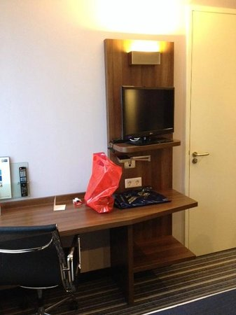 Holiday Inn Express Arnhem: bureau en televisie