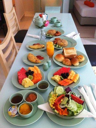 HARRIS Hotel & Residences Riverview Kuta: breakfast