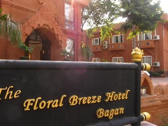 The Floral Breeze Hotel Bagan : Grand Entrance masked the real scent