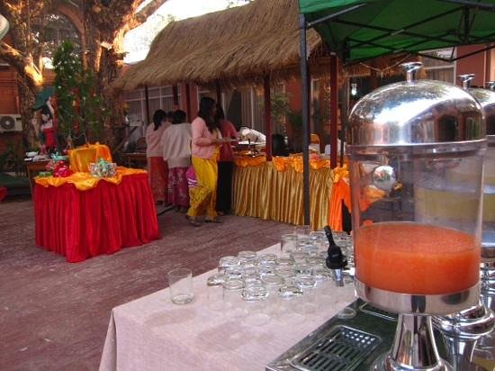 The Floral Breeze Hotel Bagan : lovely breakfast setting in the garden