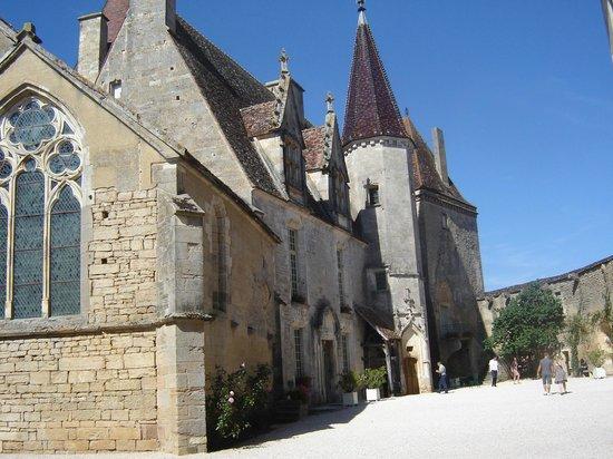 Château de Châteauneuf-en-Auxois : Cour intérieur