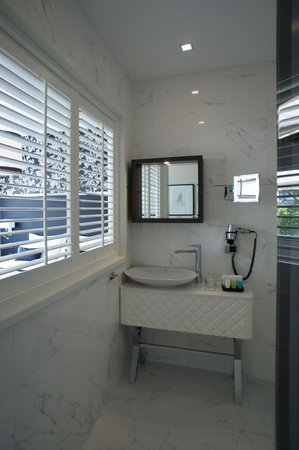 Hotel Notting Hill: Bathroom with slat shutters between bedroom area