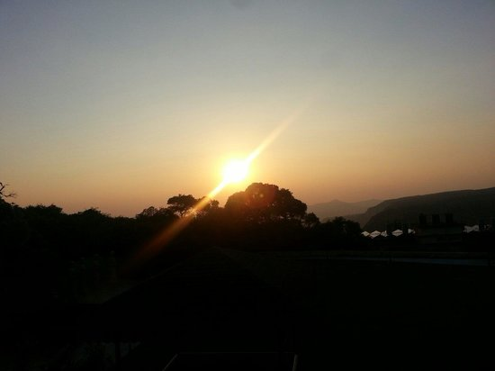 Regenta MPG Club Mahabaleshwar: The setting sun from our room!
