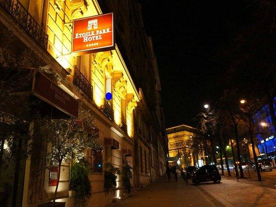 Etoile Park Hotel : 大通りに面したホテル。凱旋門の見える部屋もあります。 2階のこの部屋に宿泊しました