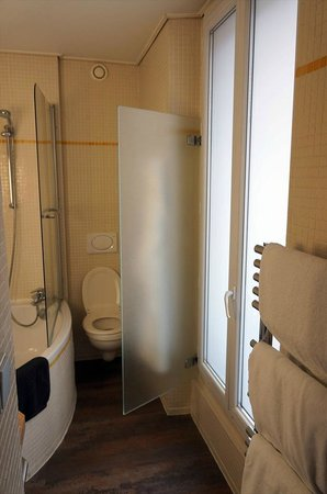 Etoile Park Hotel : バスルームの窓を開けると左手には凱旋門