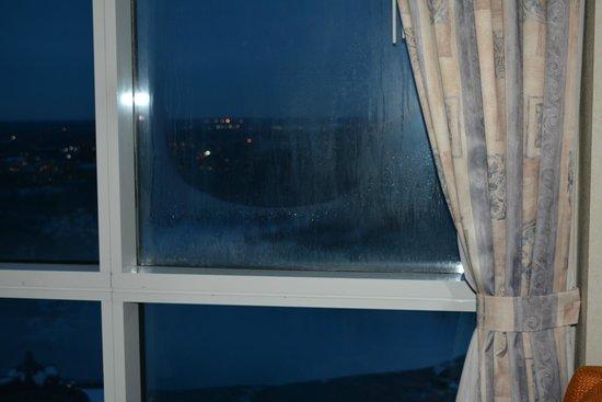 Niagara Falls Marriott on the Falls : frost on broken window obstructing view of falls