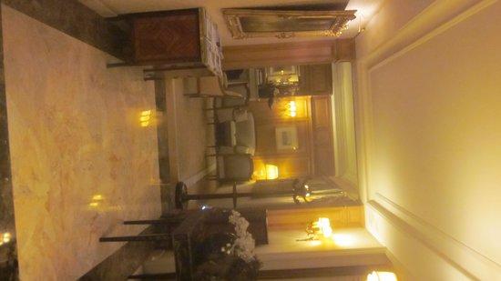Hotel Mayfair Paris: Freundlicher Empfangsbereich