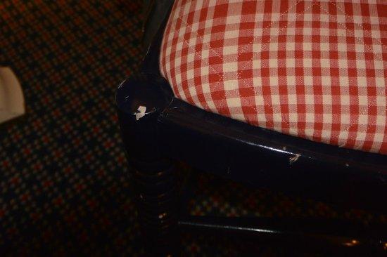 Disney's Newport Bay Club : Chaise abîmée de la chambre 8206