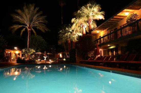 Santiago Resort: pool at night
