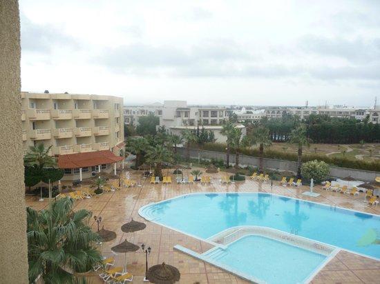 Houda Yasmine Hammamet: vue de la piscine et terrasse depuis notre chambre